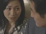 【無料エロ動画】妻が目の前で寝込みて噴射する精神異常者女房持ち