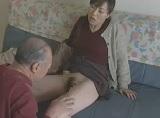 隣の老人を誘惑しちゃう欲求不満な淫乱妻