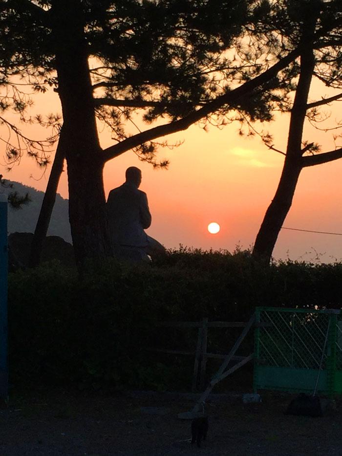 青柳先生石像越し朝日