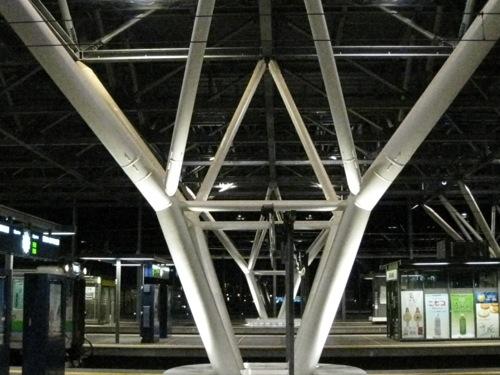 0002:旭川駅 ホーム屋根を支える四叉柱