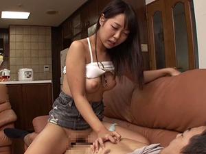 【白桃心奈】家に来た娘の同級生の巨乳をチラ見してたら誘惑されてハメてしまった父親