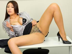 【小早川怜子】不正疑惑の美人議員が釈明会見で謝罪しながら乳揺れSEXを披露して中出し!