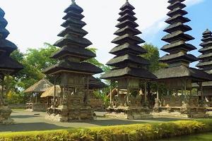 タマン アユン寺院と堀の画像