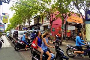 バリ島 クタ レンタルバイクに乗ってる画像