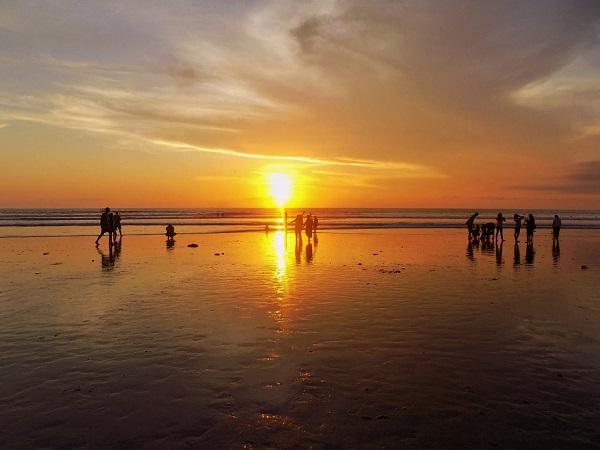 クタ ビーチの夕日の画像