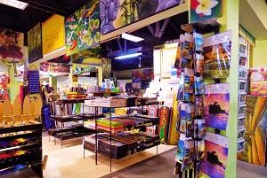 クタに有る小規模な お土産屋等の商店の内部の画像