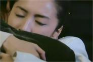 抱きしめるマコト
