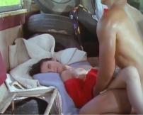廃墟のバスの中で犯されている圭子