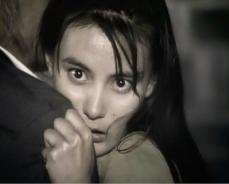 夫じゃない刑事にしがみついている圭子