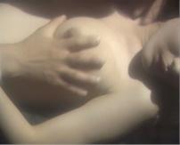山村が良子の乳房を揉んでいる