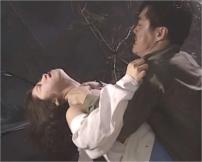 突然現れた変質者に首を絞められる女