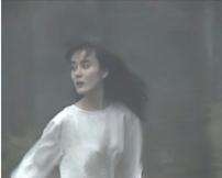 山中を逃げる亮子