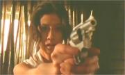 冴子に銃を向ける