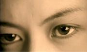 刺すような鋭い視線
