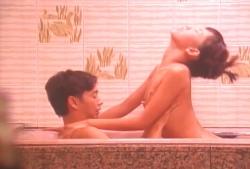 浴槽でエッチしている愛
