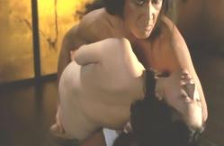 裸になった絹を抱きかかえる鬼丸