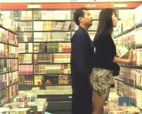 なんと書店で痴漢している男