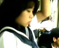 バスに乗っている女子高生