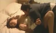 たまらず里佳子の乳房にむしやぶりつく