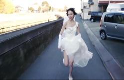 ウェディングドレス姿で走るケイコ