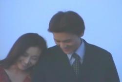 海で楽しそうに腕を組んで歩く人妻・美知子と章吾