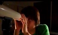 望遠鏡で先生の部屋を覗いている哲也