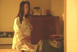 夫の五郎の前で浴衣を脱ぎ始める妻・かおり