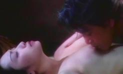 乳房を吸われているアザミ