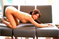 麻生希イメージビデオ「エロキュート」より。四つん這いで尻突き出し