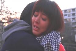 健太に抱きしめられて泣いている由香