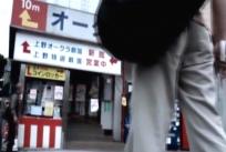 上野の成人映画館の前に立つ男