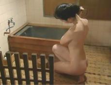 入浴中の絹代。湯を体にかける