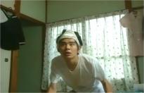 頭にパンティーかぶせられた慎吾。ビデオを食いるように見つめる