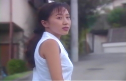 振り返って慎吾を見ている春子