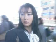 振り返って回りを見る奈々子
