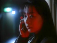 不気味な男からの電話に出る奈々子