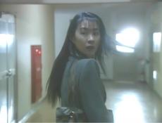 物音がして振り返る女教師・奈々子