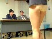 スカートが落ちて下半身丸見えに・・