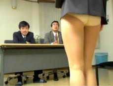 面接官の前でスカートが落ちてしまった葉月