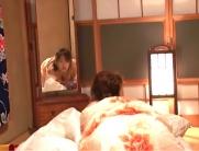 鏡に向かってオナニーしている千鶴子
