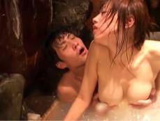 浴槽の中でセックスする千鶴子と光一