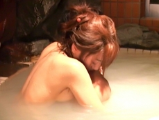 浴槽で光一のモノをしごいてやっている千鶴子