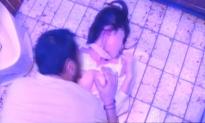 欲情した強盗。女子行員の乳房にしゃぶりつく。