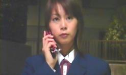 吉田に電話をかけている真弓
