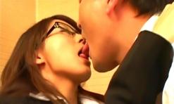 舌をからませながらキスをする浅海