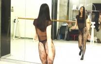 ダンスをしているさっきの女子校生