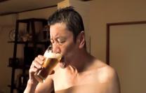 風呂上りにビールを飲む修二