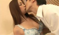 夫とキスする七恵