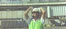 そして現代。昭和47年。飛行機を誘導する寺田辰也。