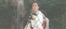 生まれたばかりの辰也を抱いて見上げる鶴子